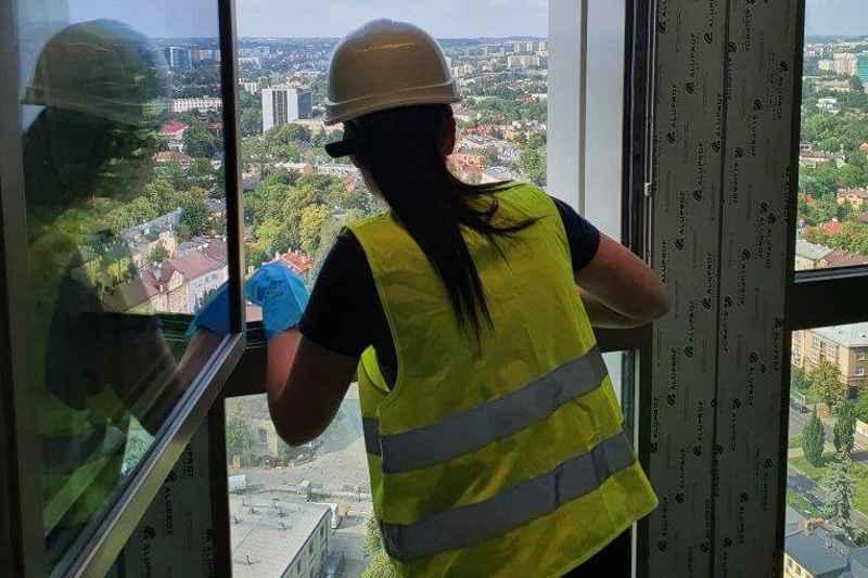 Czyszczenie-pobudowlane-mycie okien wbudynku