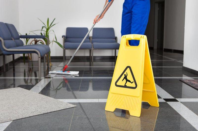 Sprzątanie biura - mopowanie podłogi