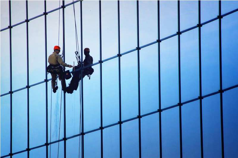alpinistyczne mycie okien ielewacji budynków biurowych